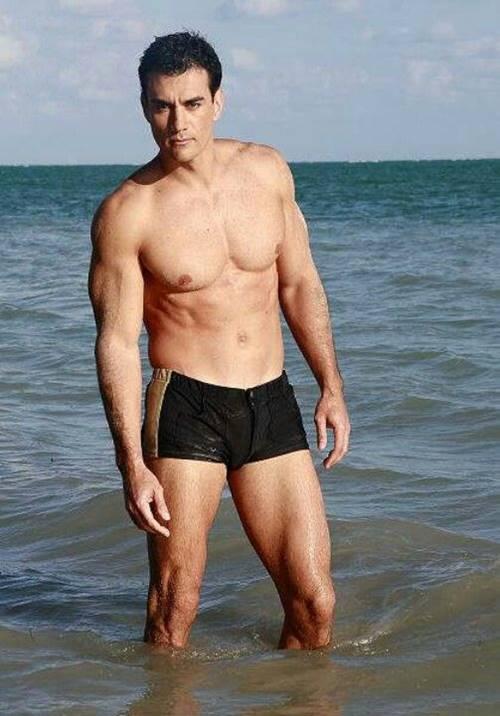 Ator mexicano David Zepeda de sunga na praia