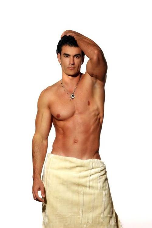 Ator mexicano David Zepeda de toalha