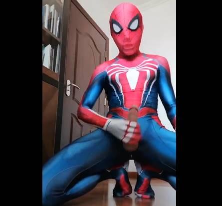 Garoto novinho fantasiado de Homem-Aranha batendo bronha e gozando muito