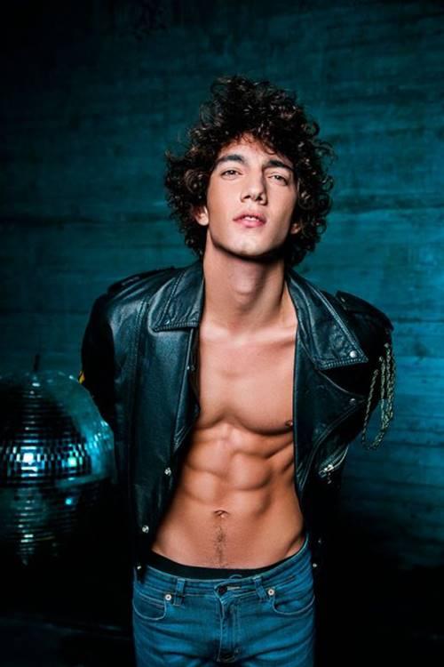Foto do ator Jorge López sem camisa