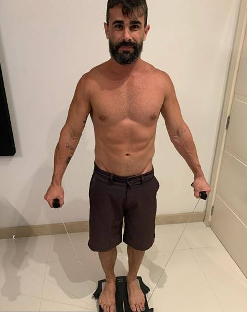 Jorge Souza exibe corpo sarado sem camisa