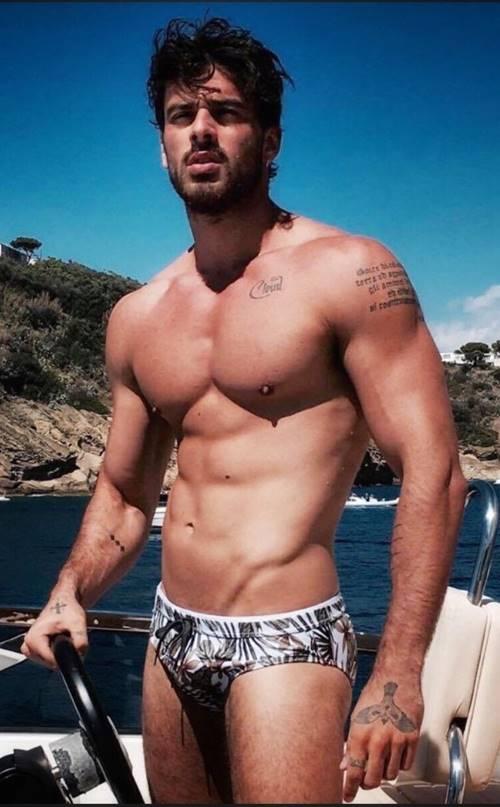 Michele Morrone sem camisa e de sunga