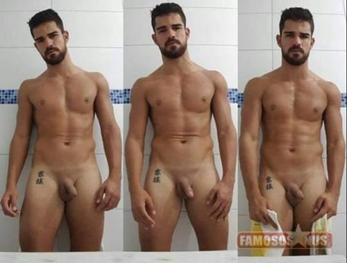 Phillip Dornelles, sósia de Alisson Becker, pelado mostrando o pênis