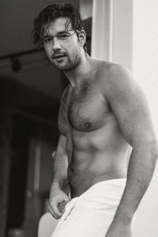 Sérgio Marone só de toalha exibe corpo sarado
