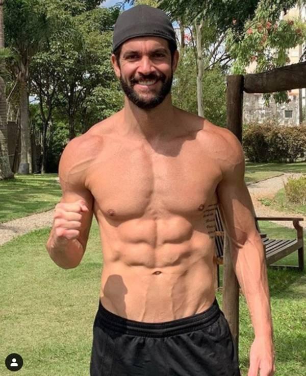 Lucas Pugliessa sem camisa exibe corpo sarado atualmente