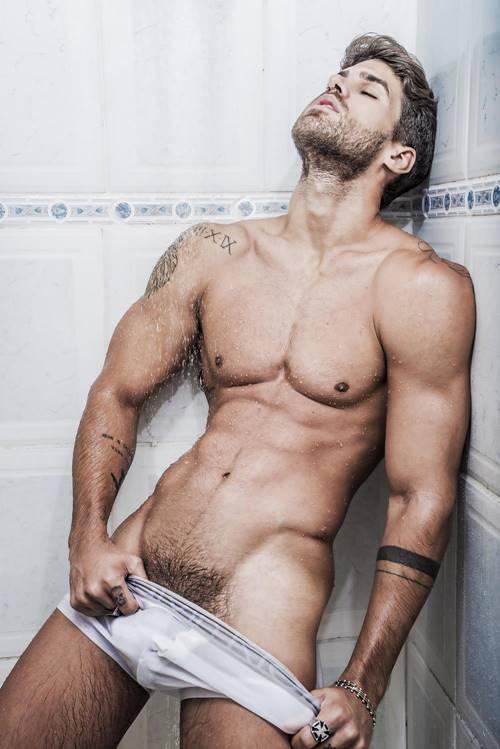 Modelo Rodrigo Malafaia em ensaio sensual mostrando os pelo pubianos
