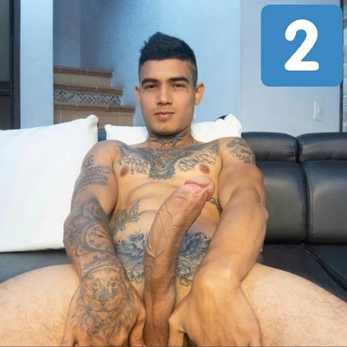 Moleque playboy todo tatuado mostrando a rola enorme em foto