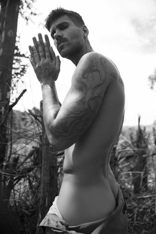 Famosos pelados - Rodrigo Malafaia mostrado parte da bunda