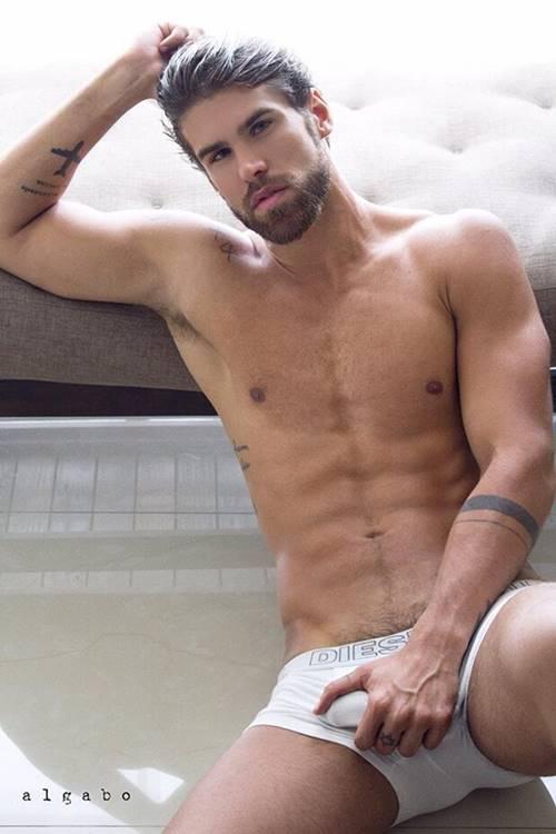 Modelo Rodrigo Malafaia pegando no pênis na cueca branca