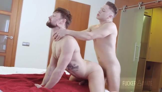 Victor Ferra fodendo com força o cu gringo