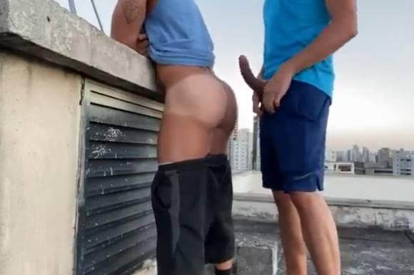 Comendo a bunda grande do rapaz no topo do prédio