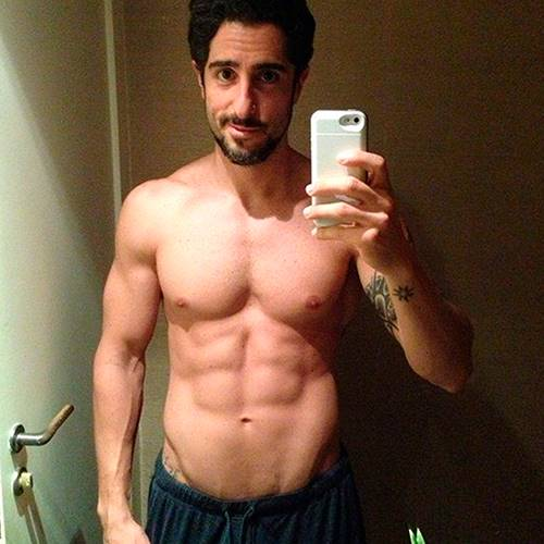 Marcos Mion exibe corpo sarado sem camisa