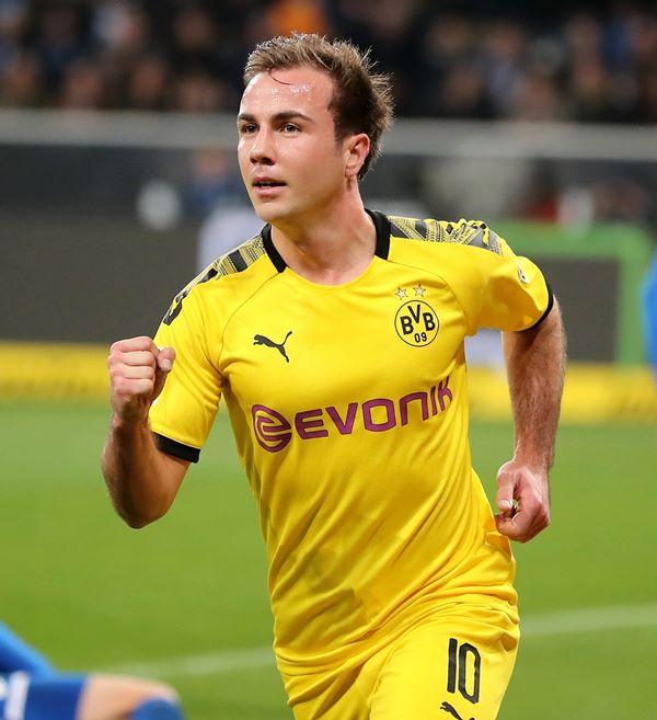 Jogador alemão Mario Götze de pau duro marcando na sunga