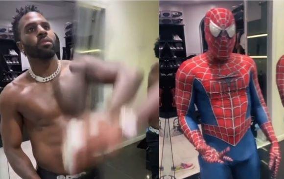 Jason Derulo com o pênis marcando na fantasia de Homem-Aranha