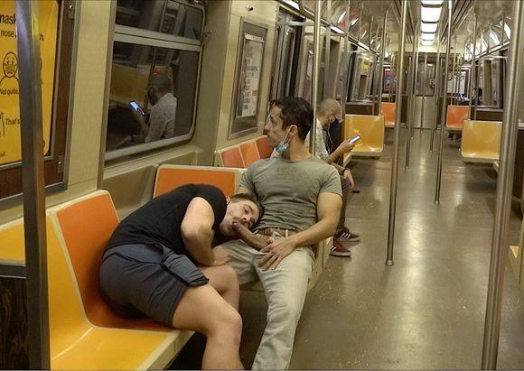 Rafael Alencar e outro dotadão trocando boquete no metrô
