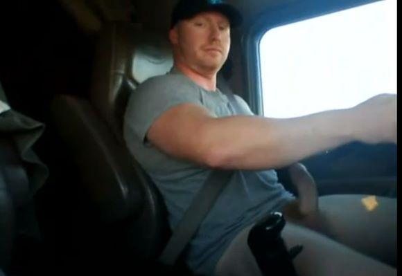 Caminhoneiro da pica grossa na bronha enquanto dirige
