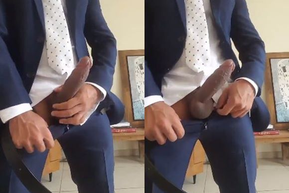 Macho executivo dotadão exibindo o cacete