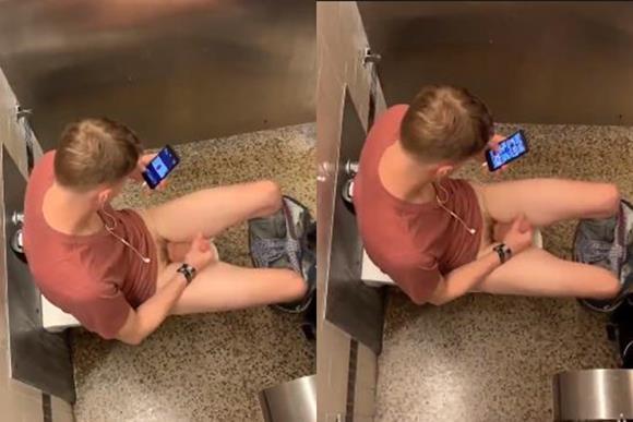 Loirinho roludo socando uma bronha no banheiro
