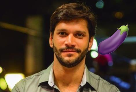 Ator Armando Babaioff pelado em filme brasileiro