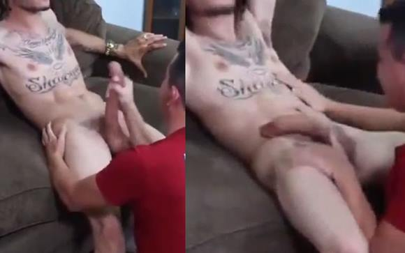 Fazendo boquete gay no pênis enorme do hétero