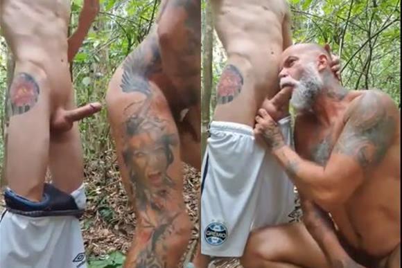 Homem maduro fodendo com novinho no mato