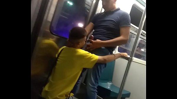 Gay fazendo boquete no homem no metrô público