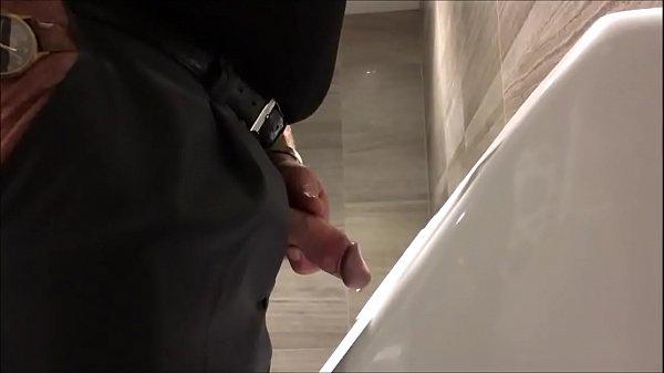 Vídeo gay mostra homens velhos mijando no banheirão