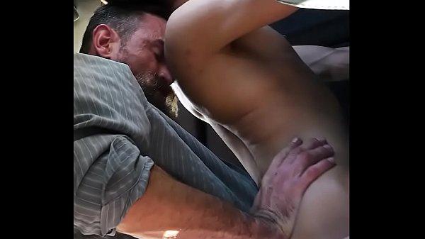 Garoto fodendo com o tio dentro do carro