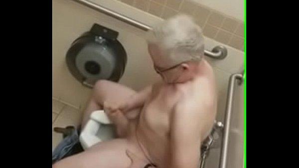Vovô se masturbando no banheiro público