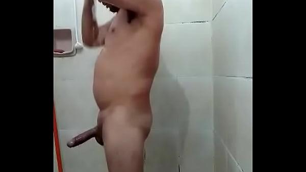 Ajudante de obra tomando banho em vídeo do WhatsApp