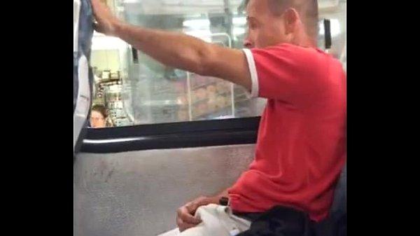 Homem de pau duro no ônibus em flagra gay