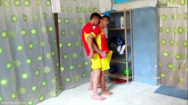 Jogadores de futebol fodendo depois do treino em filme gay
