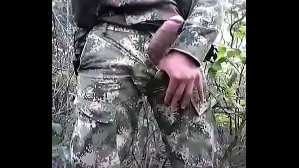 Militar dotado batendo punheta gay no mato