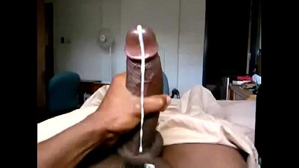 Negão da piroca se masturbando e gozando como um cavalo